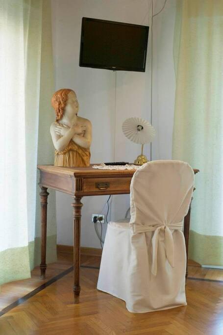 Angolo scrittura nella camera