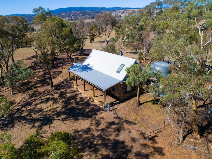 """Adelong Park Hut"", Bathurst Farmstay with a View!"