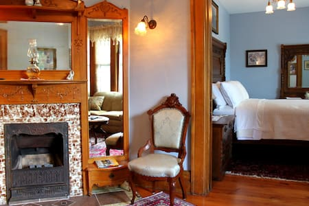 Breathtaking B&B Suite w/ Jacuzzi, Fireplace... - Caro