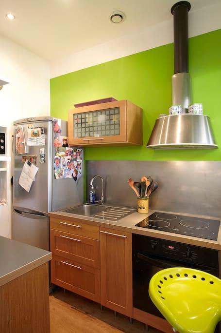 Cuisine aménagée : lave-vaisselle four, plaque à induction, micro-onde...