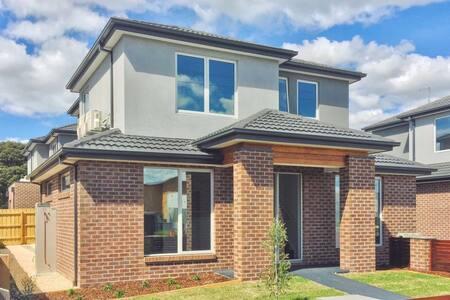 Brand new townhouse just settled/1 room available - Blackburn