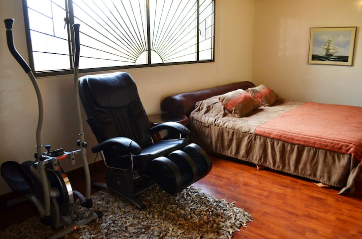 Big room and private bathroom close to airport - Bogota