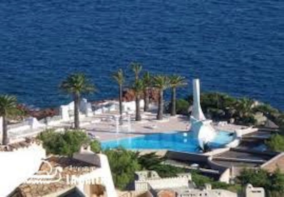 grande piscine d'eau de mer avec restaurant et bar, épicerie, pain journaux