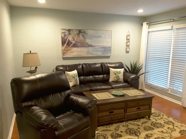 Completely Remodeled, 2 Minute Walk to the Beach