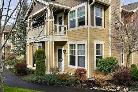 Private townhome condo sleeps 6 - DuPont - Apartemen