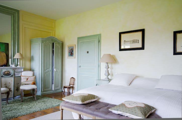 Suite du Château avec 3 grandes fenêtres donnant sur le parc, 1er étage, lit de 200x200.