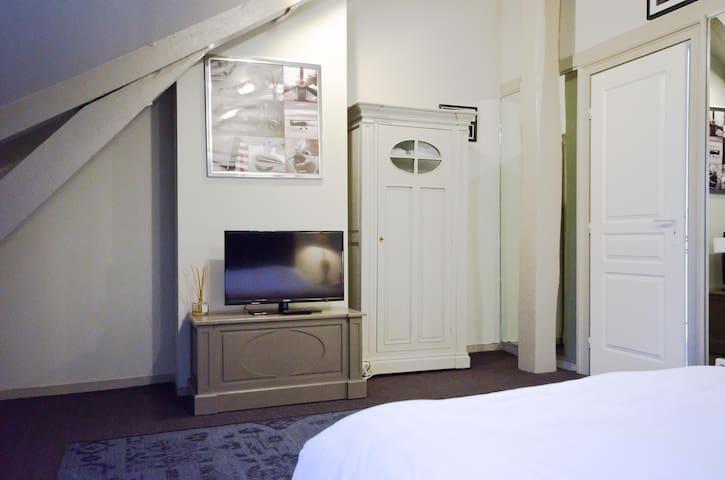 Chambre 6 du Château, 2ème étage, vue sur le parc, lit 160x200.