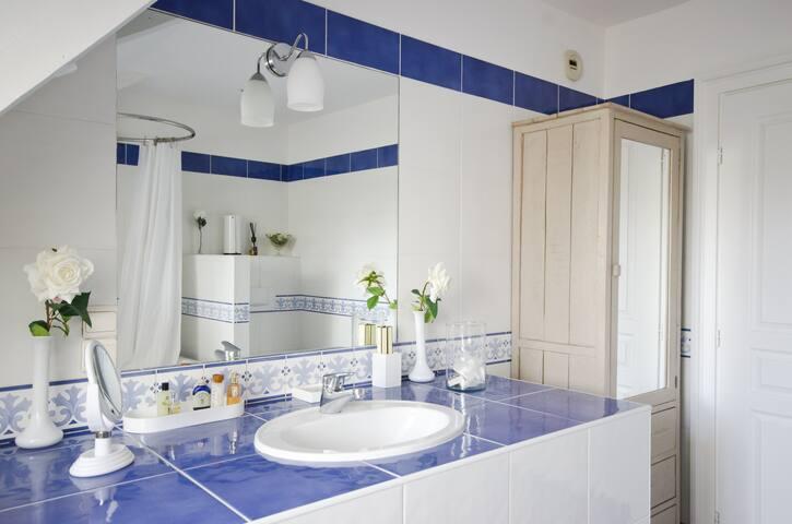 Salle de bain du 2ème étage, vue sur le parc, vasque, baignoire, douche et toilette.