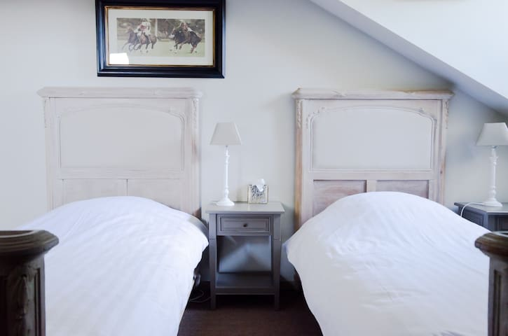 Chambre 5 du Château, 2ème étage, vue sur le parc, 2 lits separés 90x200.