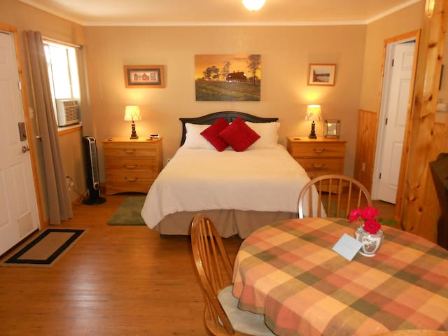 Ready for a restful stay? Our fully furnished warm and inviting cottage is ready for your visit.