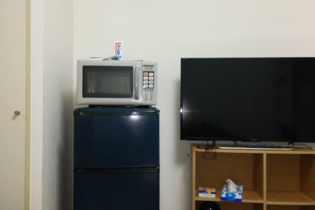 電子レンジ、大型テレビ、冷蔵庫。その他エアコン、洗濯機、乾燥機、ズボンプレッサーが備え付けで用意あります。長期出張にも対応可能です。