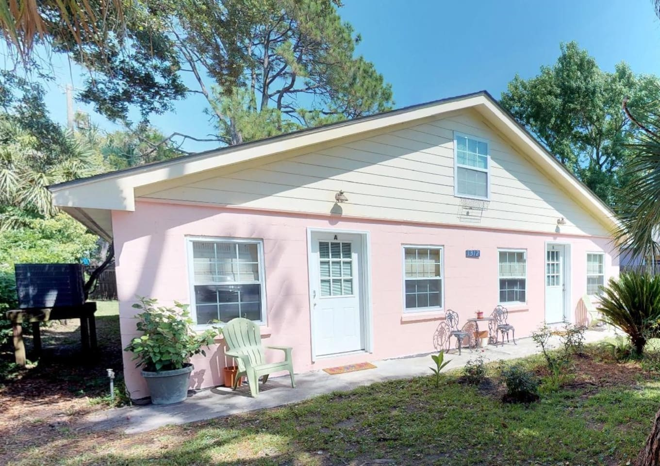 A classic Tybee cottage duplex, located mid-island, just an easy walk or bike ride to the beach, back river, restaurants, shopping, and activities. LEFT SIDE DUPLEX