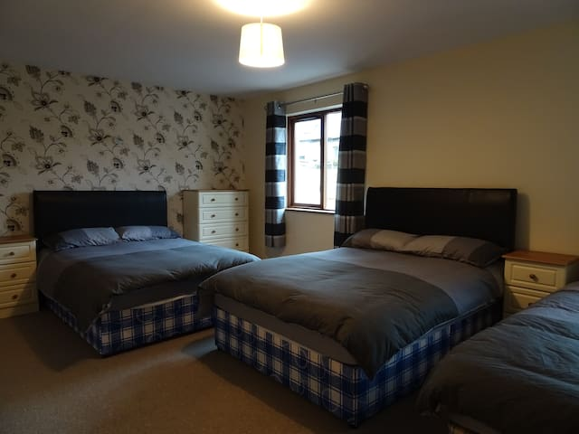 Town House: Family Room w/ Private Bathroom - Manorhamilton - Bed & Breakfast