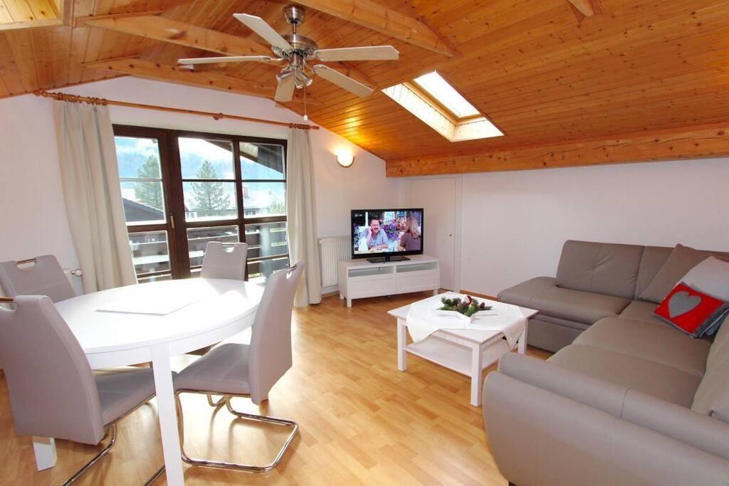 Wohnzimmer mit Flachbildschirm und Ventilator