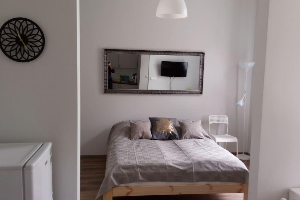 Duże, wygodne łóżko to wizytówka tego mieszkania. Odpowiednio dobrany materac i zawsze świeża pościel pozwolą cieszyć się dobrym snem.
