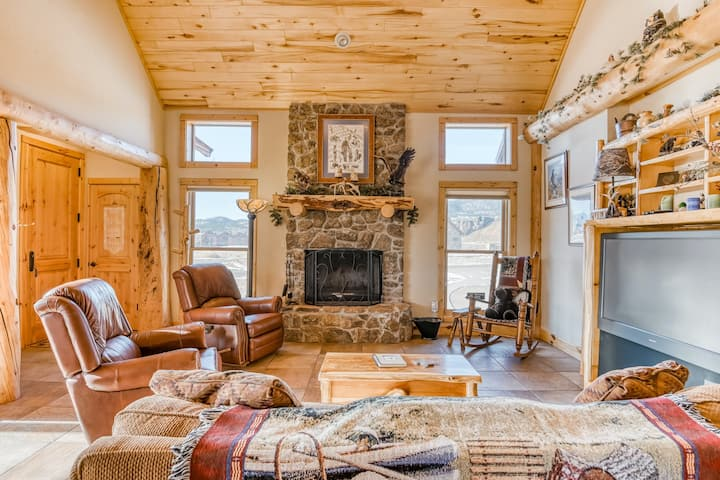 Lovely cabin with WiFi, cable, deck, and full kitchen - remote work friendly!