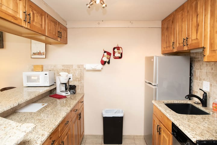 Warm Condo, Steps to Complimentary Shuttle, Ideal for Couples
