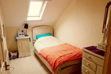 Cozy single Victorian attic bedroom - Newcastle upon Tyne