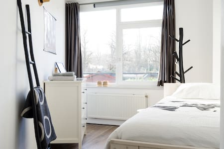 Near city and Central Station nice quiet 1-p room - Utrecht
