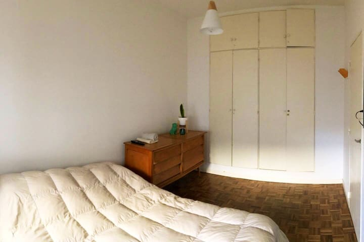 Dormitorio cama de 2 plazas con placard y TV.