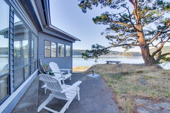 Peaceful bayview home w/ a nautical theme and views of Deception Pass Bridge!