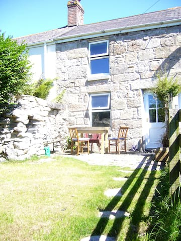 Old stone cottage, quiet location, great views - Saint Just - Huis