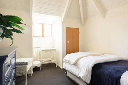 Cosy upstairs room Parnell central close to CBD