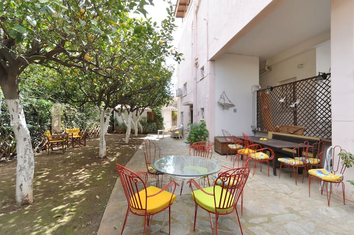 Charm&smart, contemporary flat with private patio! - Glifada - Leilighet