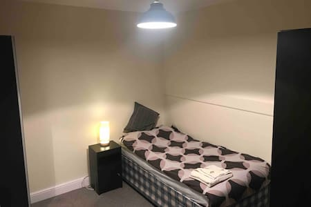 Single room in quiet home next to Poole Hospital.