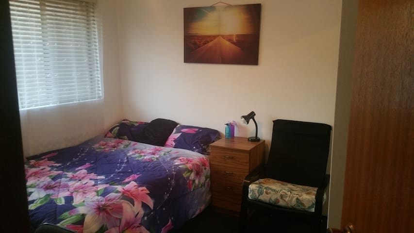 Good sized bedroom, cozy Queen bed  in the CBD