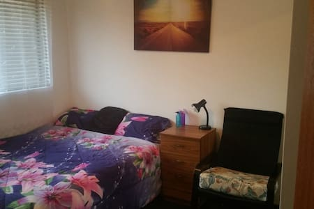 Good sized bedroom, cozy Queen bed  in the CBD - Liverpool