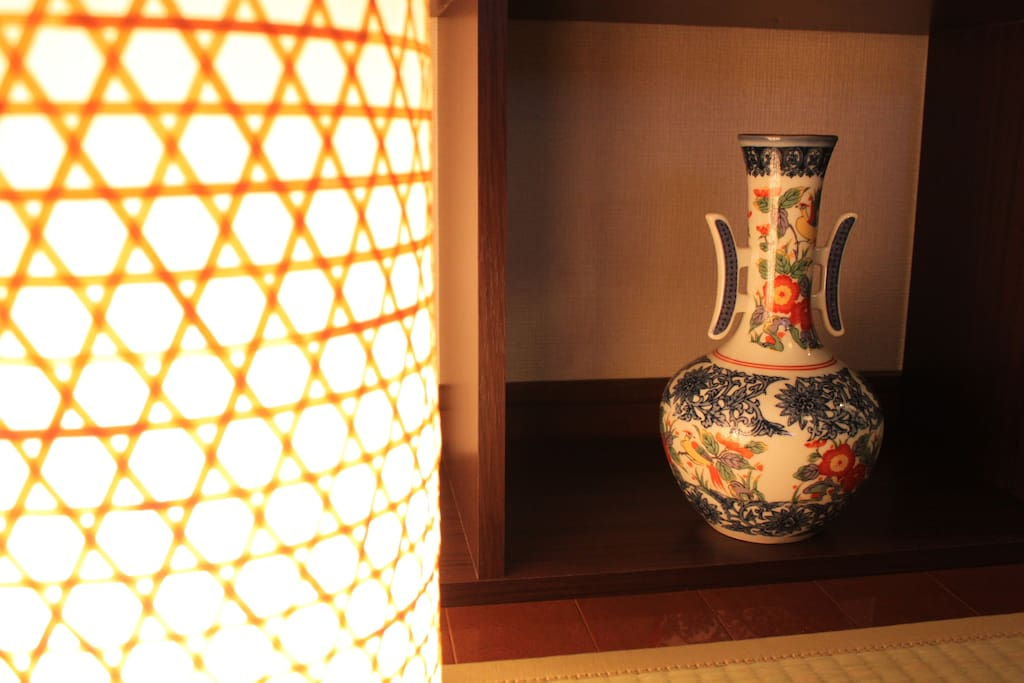 Lights and vase. The vase has flower pattern on it.