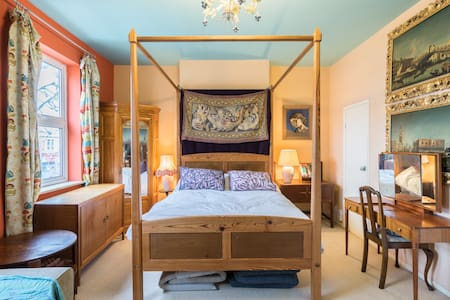Big four poster bedroom with shower - Bristol
