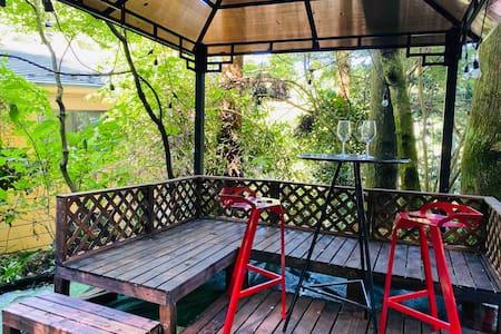 森の中の完全な貸切ログハウス、BBQ無料、WIFI完備、箱根観光やパーティーに最適、1.5日プラン可