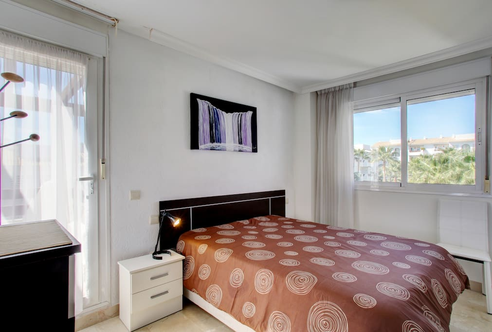 Amplia habitación con muchísima luz y acceso a dos de las tres terrazas. Spacious bedroom with a lot of natural light and access to two of the three terraces.