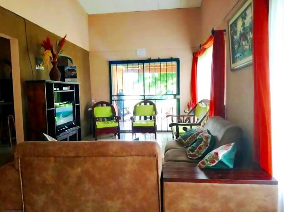 Bonita Sala de Estar y Televisión /Nice Living Room and T.V