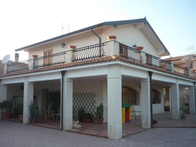 Villa Rossella in zona Isola - Carrozziere