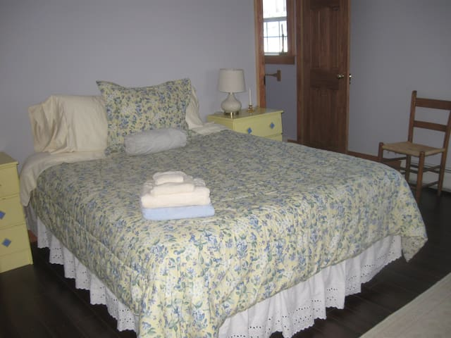 Schmancy - queen bed , private bath - Franklin - House