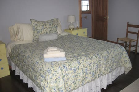 Schmancy - queen bed , private bath - Franklin