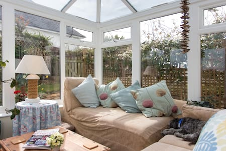 King bed. Quirky room + shower room - Nd Falmouth - Bed & Breakfast