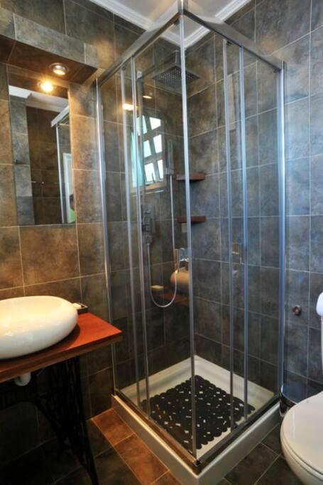 Baño con ducha privado.
