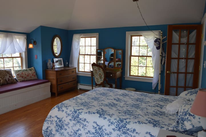 Private Room in charming OB home - Oak Bluffs - Bed & Breakfast