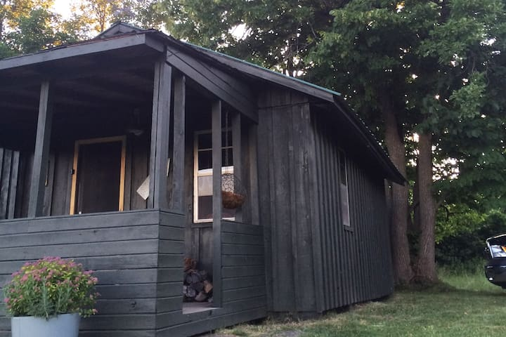 A relaxing Off The Grid Experience at the Cabin! - Demorestville - Chalet