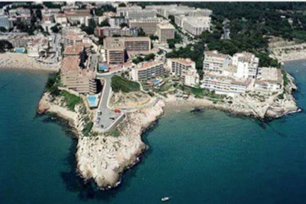 Perfect situation ! 3 to 5 minutes walk to 3 of Salou's most beautifull and natural beaches !!