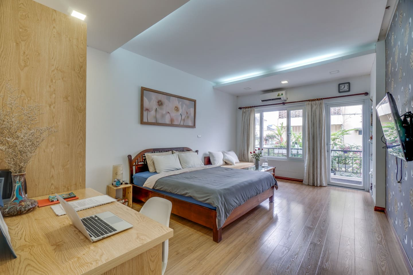 Beautiful large bedroom with KIng size bed , spring mattress,balcony, ensuite bathroom ,High speed internet
