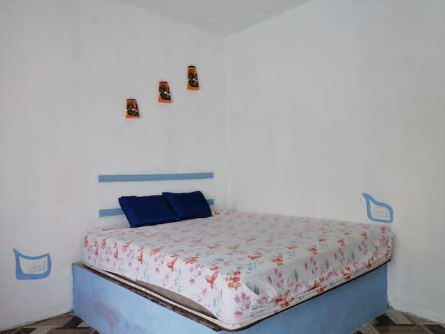 Habitación principal, una cama King size y una cama matrimonial. Ocupación máxima 6 personas por comodidad 1 cama imperial, individual.  Habitación con a/c y ventilador de techo