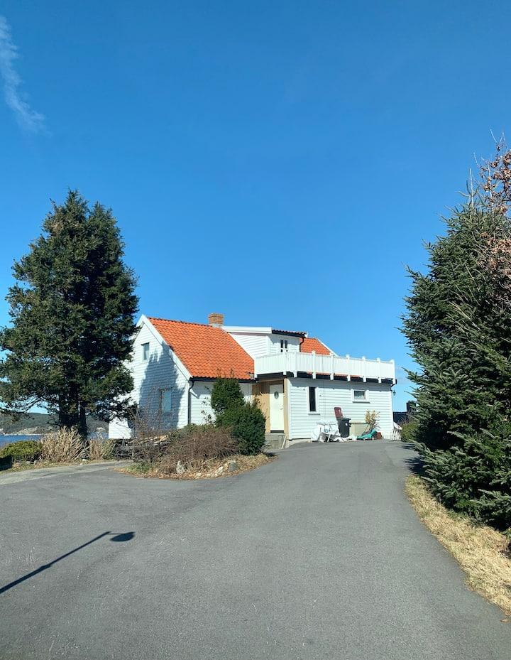 Sjarmerende hus med hage og sjøutsikt på sørlandet