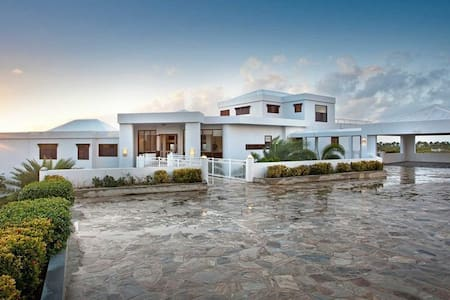 8 bd, on-site amenities, pool, deck - Anguilla