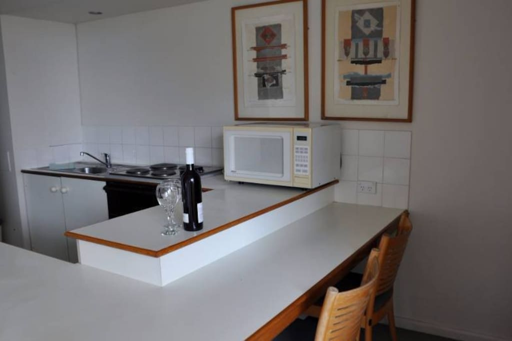 Fully equipped kitchen with dining/breakfast bar