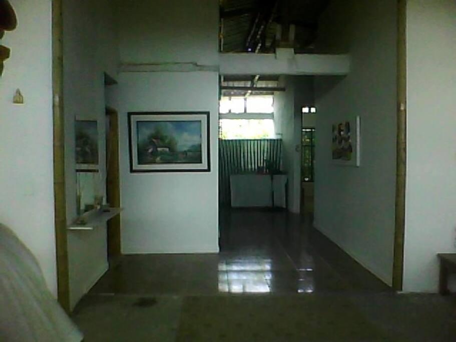 La luz natural que entra a iluminar el pasillo de acceso a las habitaciones